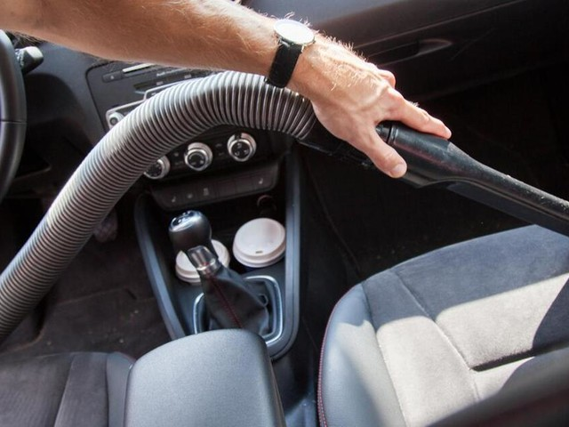 Stoffpolster und Ledersitze: Auto-Innenausstattung gründlich reinigen