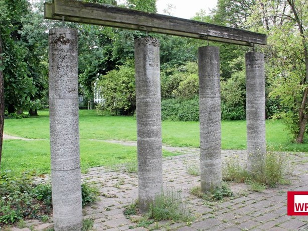Düsseldorfer Geheimnisse: Was es mit den Säulen vom Golzheimer Friedhof auf sich hat