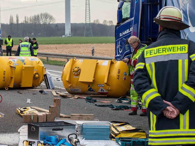 Gefahrgut-Transporter verunglückt: A42 nach schwerem Lkw-Unfall bis 13 Uhr gesperrt