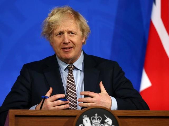 Boris Johnson öffnet und sitzt wieder fest im Sattel