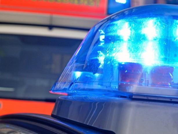 Unglück: Schwerer Unfall: Reisebus überschlägt sich auf A13