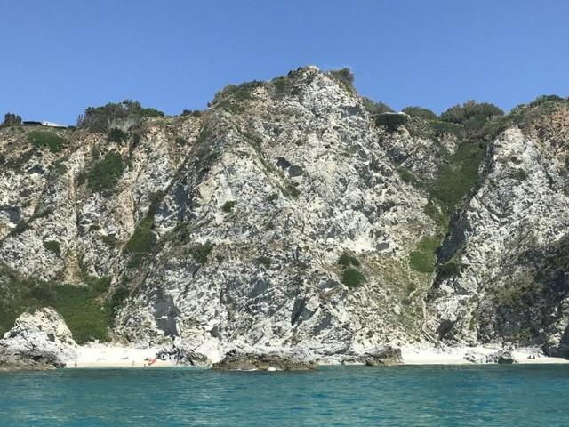 Der Weg zum einsamen Strand ist steil, besonders in Kalabrien