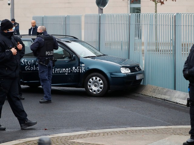 Parolen auf Auto: 54-Jähriger fährt in Tor des Bundeskanzleramts