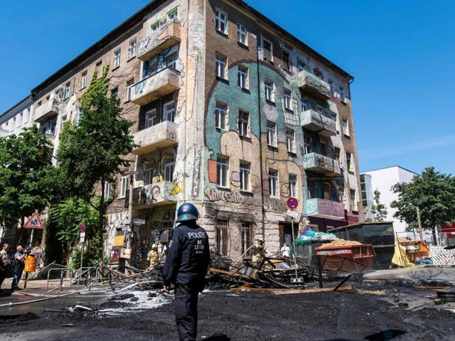 Linksradikale attackierten Polizei mit Steinen