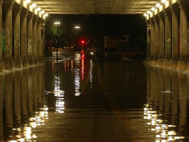 Unwetter in Düsseldorf: Starkregen setzt Keller unter Wasser - Feuerwehr im Dauereinsatz