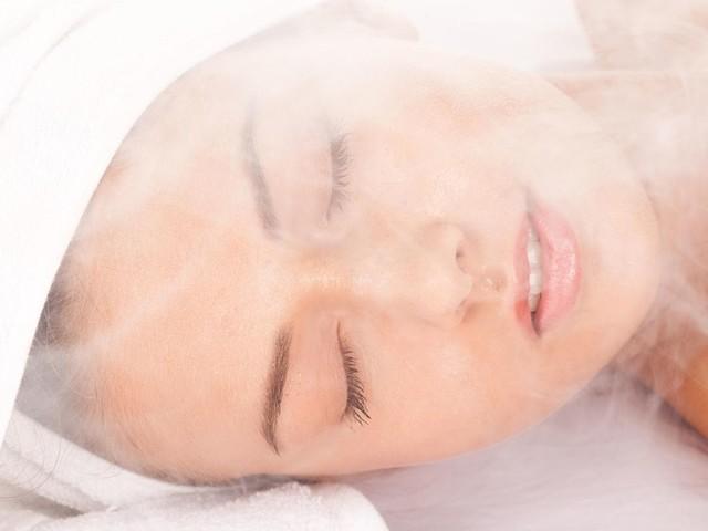 Wellness-Behandlung: Gesichtssauna gegen Hautunreinheiten: Tipps zur Anwendung und Wirkung