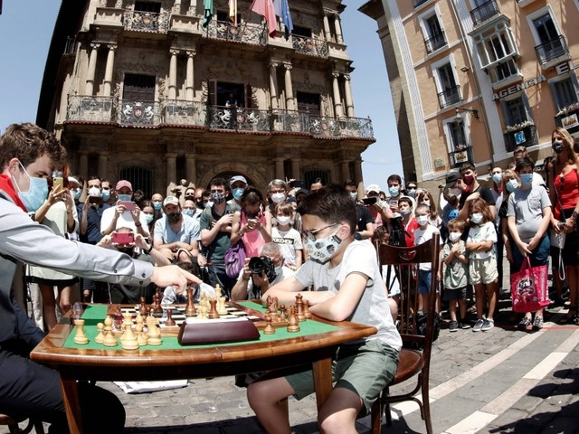 Schachweltmeister Magnus Carlsen macht auf lustig