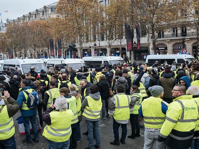 Proteste gegen Spritpreise in Frankreich - Polizei geht mit Wasserwerfern und Tränengas gegen Demonstranten vor