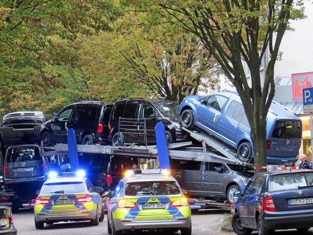 Unfall: Defekter Autotransporter versperrte stundenlang eine Straße