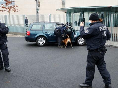 Auto fährt in Tor des Bundeskanzleramts