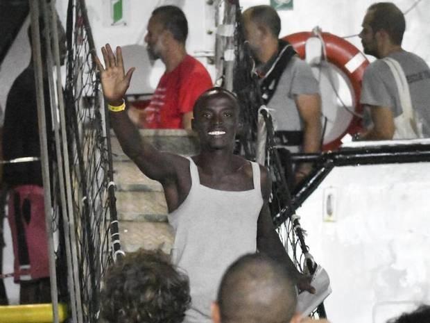 """Drama um Rettungsschiff: """"Open Arms"""": Migranten gehen in Italien von Bord"""