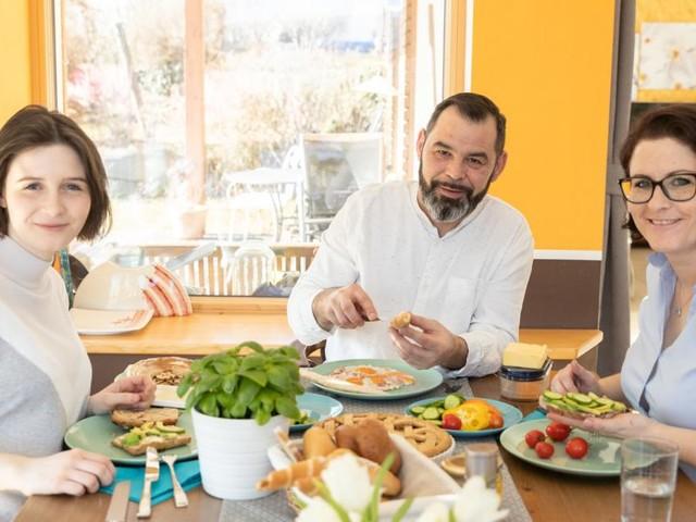 Veganerin, Vegetarierin und Fleischfan an einem Tisch: Geht das?