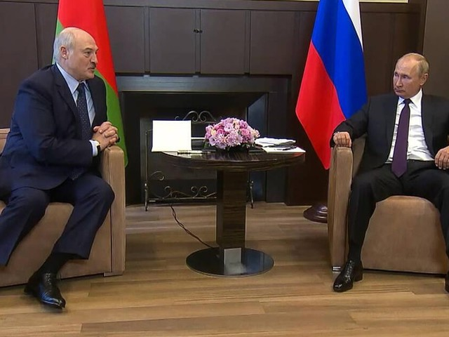 Auffällige Körpersprache: Putin-Auftritt sorgt für Spekulationen