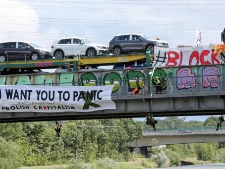 Aktivisten stoppen Autozug in Wolfsburg