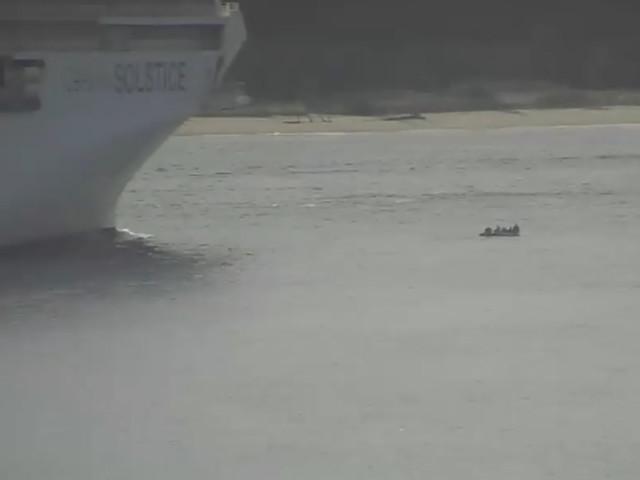 Video: Kreuzfahrtschiff fährt fast über Gummiboot