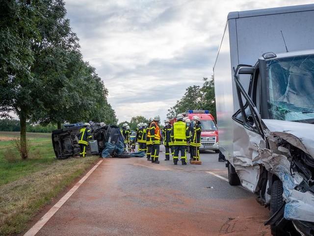 Frontalzusammenstoß: Fünf Verletzte bei Unfall auf B26 bei Riedstadt
