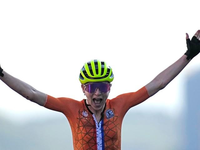 """Kurioses Ende von Radrennen bei Olympia - Niederländerin jubelt wild im Ziel - dann erfährt sie, dass sie """"nur"""" Zweite ist"""