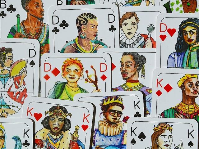 Drei Studentinnen verkaufen vielfältige Kartenspiele