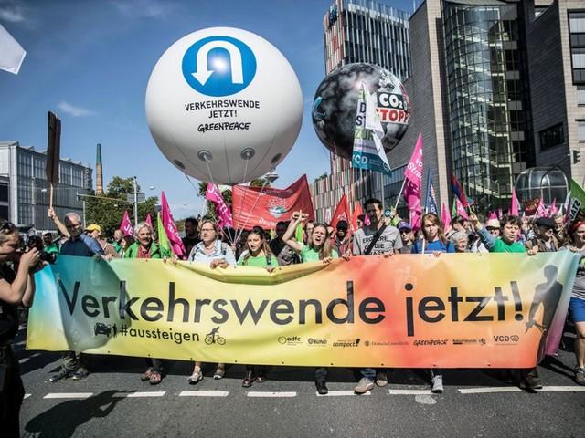 Automobilausstellung in Frankfurt: Mehrere hundert Menschen blockieren Haupteingang vonIAA