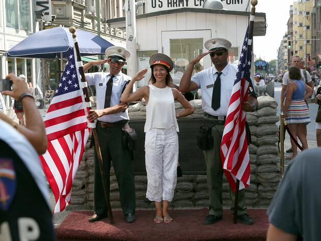 Soldaten am Checkpoint Charlie : Geschichte wiederholt sich