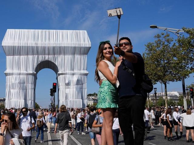 Kurze Kunstaktion und Touristenattraktion: Christo und Jeanne-Claude Traum ist wahr geworden – Volksfeststimmung am Triumphbogen in Paris