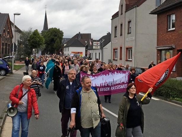Demonstration: Starke Polizeikräfte sichern Demonstration in Kamp-Lintfort