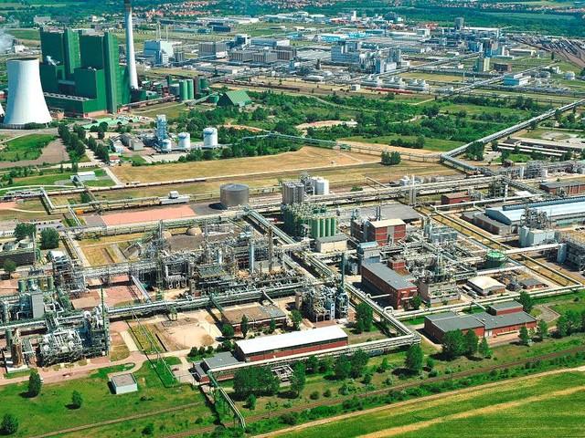 Schkopau und Böhlen - Wegen gefährlicher Pestizide: Bananenbauern lassen Chemiewerke in Ostdeutschland pfänden
