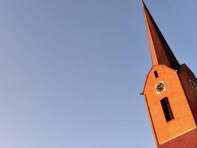 Pastor verliert Wette und klettert auf Kirchturm