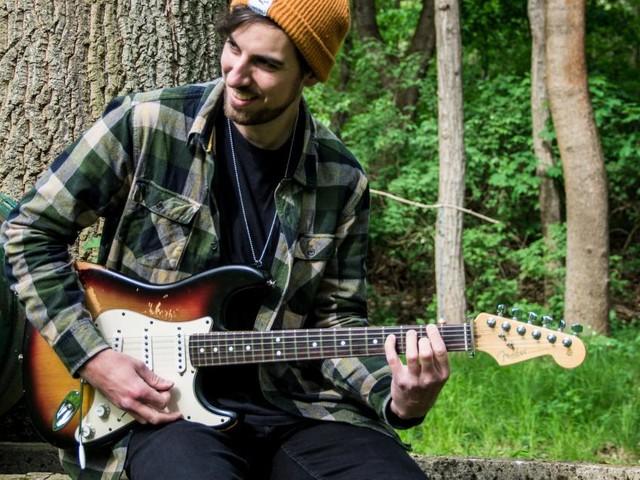 Michael Fink erzählt mit seiner Gitarre Geschichten von zu Hause