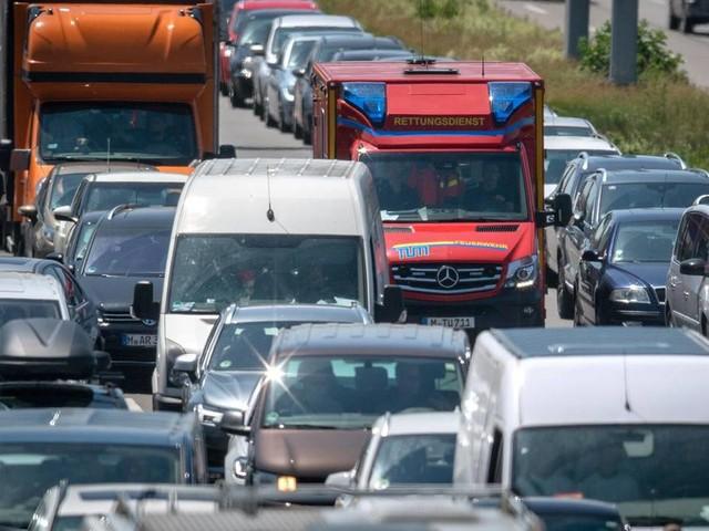 Neue Straßenverkehrsordnung: Höhere Bußgelder: Rettungsgassen-Verweigerer und Parksünder sollen härter bestraft werden