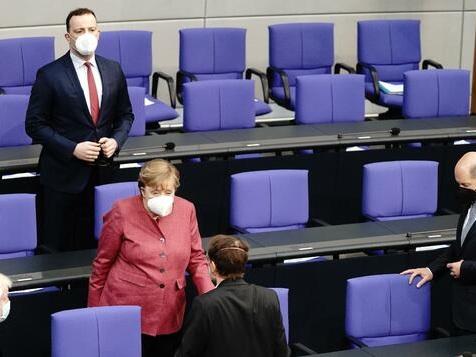 """Merkel warnt vor """"Halbherzigkeiten"""" – und pocht auf Ausgangssperre"""
