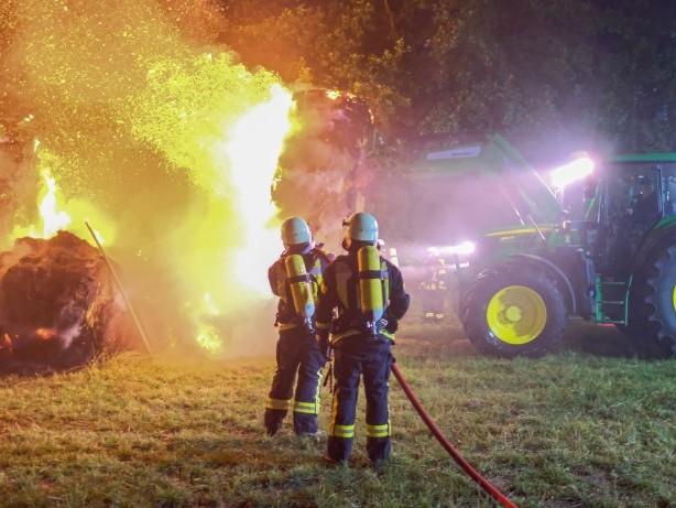 Schleswig-Holstein: Strohballen brennen auf einem Feld in Barsbüttel