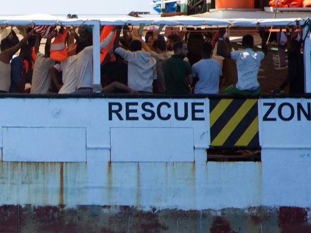 """""""Open Arms"""": Minderjährige dürfen von Bord des Rettungsschiffs - doch dort droht Lage zu eskalieren"""