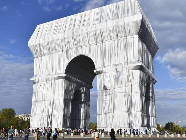 Christo-Verhüllung des Triumphbogens: Verschnürte Kriegserinnerungen