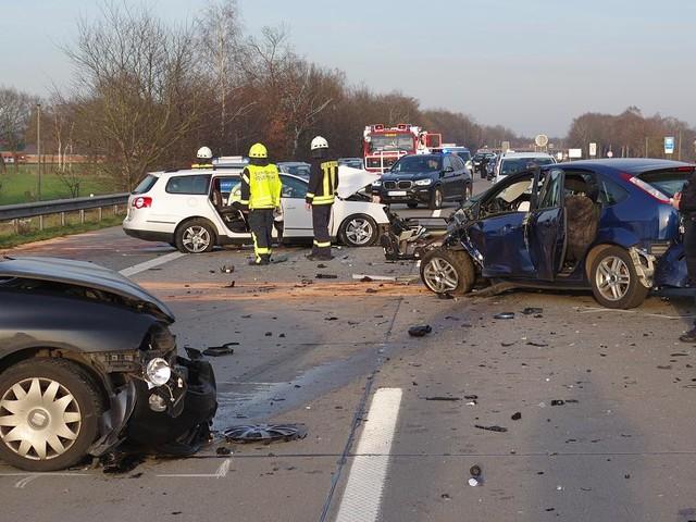 Drama auf A1 bei Bremen - Geisterfahrer rast in Auto von Familie - ein Toter, drei Menschen in Lebensgefahr