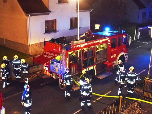 Feuerwehr rettete bewusstlose Frau aus brennendem Haus