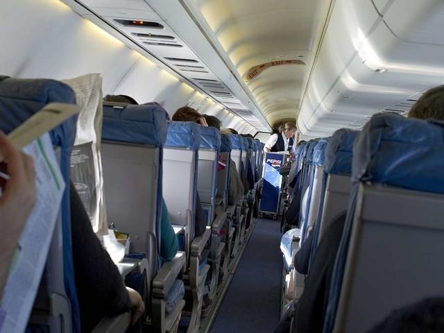 Flugbegleiter zieht über Passagiere her - dieses Ekel-Verhalten hat ihm den Rest gegeben