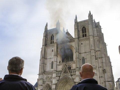 """""""Gotisches Juwel"""" - Möglicherweise Brandstiftung: Feuer in Kathedrale von Nantes"""