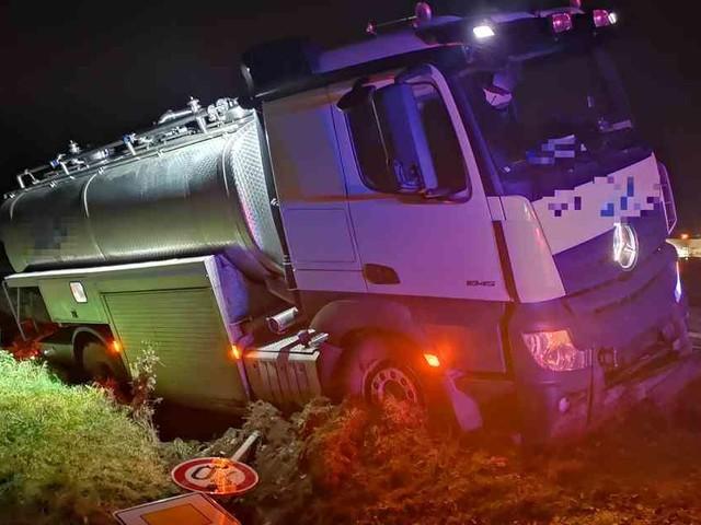 Unfall bei Villip: Milchlaster fährt sich in Wachtberg fest