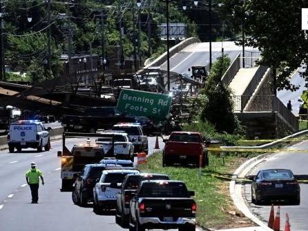 Brücke in Washington bricht über Autobahn zusammen