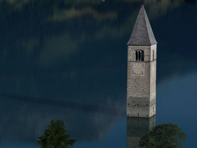 Graun im Vinschgau: Überreste eines versunkenen Dorfs tauchen aus Südtiroler See auf