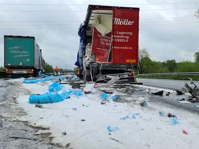 Tonnen von Speisesalz blockieren nach Lkw-Unfall die A1