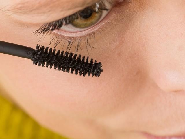 Warentest checkt Wimperntusche: Diese gute Volumen-Mascara gibt es auch für wenig Geld