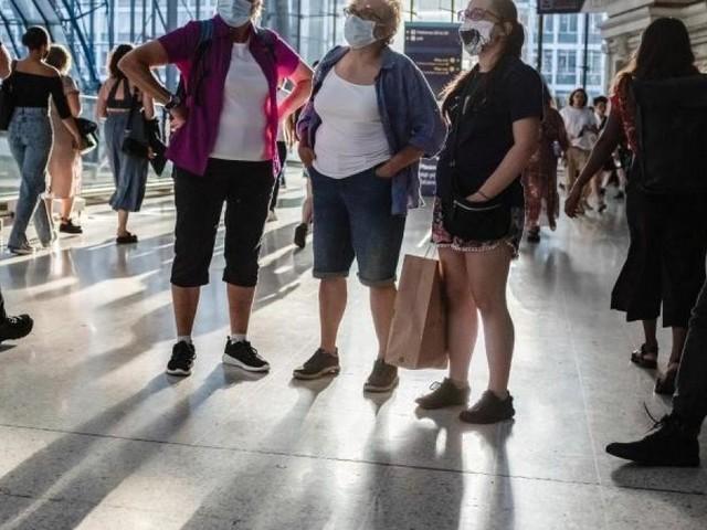 Die Masken fallen: Johnson öffnet England und erntet Kritik