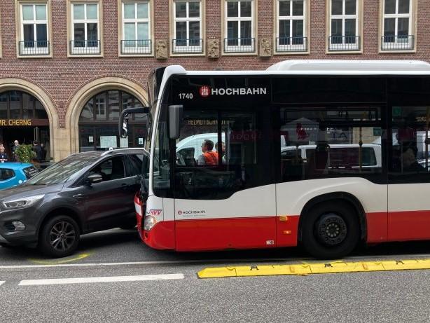 Unfall am Speersort: Auto kracht in Hamburger Innenstadt gegen Linienbus