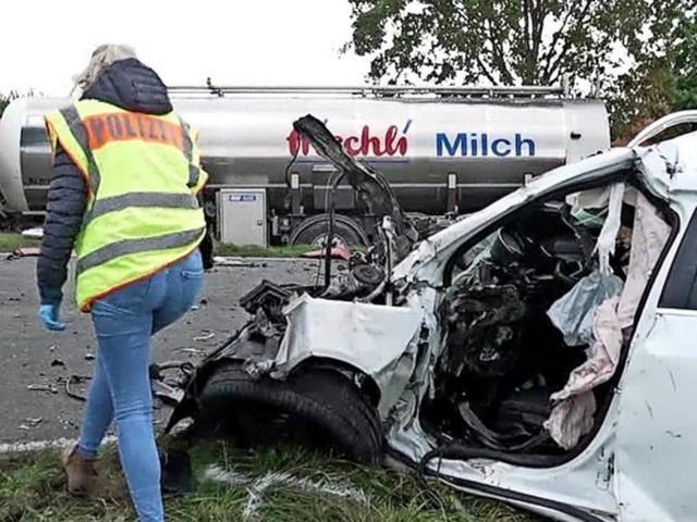 Frontalzusammenstoß von Milchlaster und Auto – Onkel und Neffe sterben