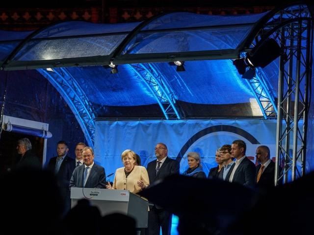 Armin Laschet und Angela Merkel in Stralsund: Wie die Kanzlerin im Regen für Laschet kämpft