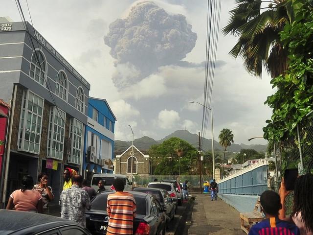 Vulkan La Soufrière auf St. Vincent bricht aus: Ascheregen in der Karibik