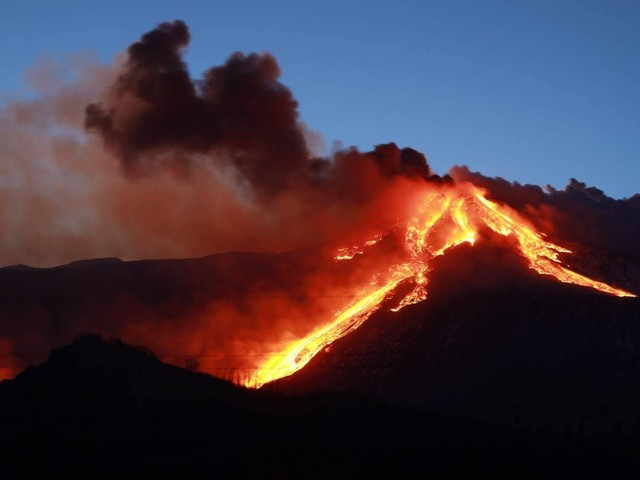 Sizilien: Vulkan Ätna bricht aus und spuckt Lava-Fontäne