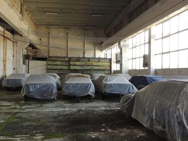 Das steckt hinter den elfbrandneue BMW E34 in einer Lagerhalle